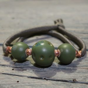 bracciale con perle ceramica ed elastico colorato, bracelet with ceramic beads and colorful strap