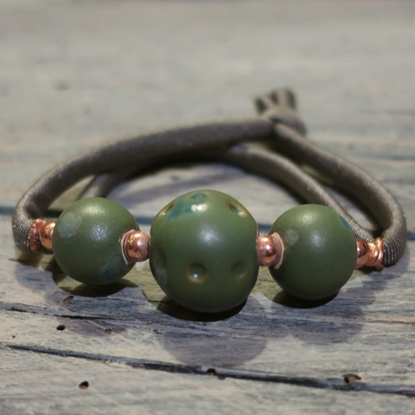 bracciale con perle ceramica ed elastico colorato, bracelet with ceramic beads and colorful strap
