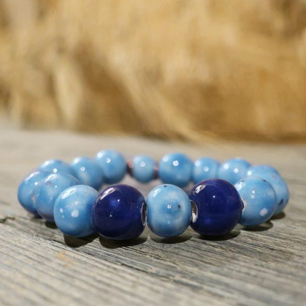 bracciale con perle in ceramica azzurro e blu fatto a mano, bracelet with blue ceramic beads handmade in tuscany