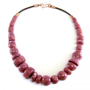 collana bordeaux fatta a mani in ceramica, burgundy necklace handmade in ceramic