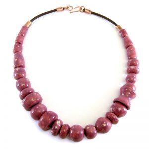 collana bordeaux fatta a mani in ceramica, burgundy necklace handmade in ceramic