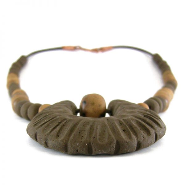 collana con medaglione in argilla marrone, necklace with pendant in brown clay