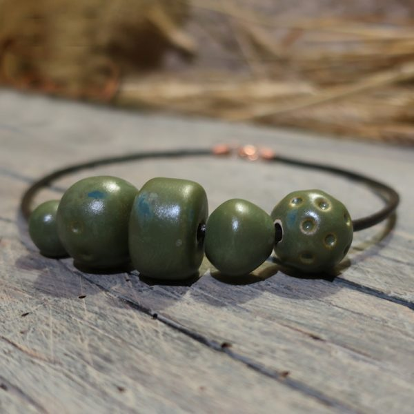 collana con perle in ceramica verdi fatta a mano in toscana, made in tuscany necklace with green ceramic beads
