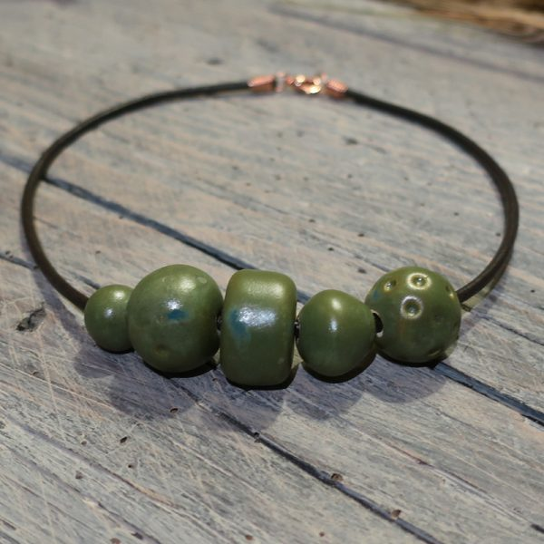 collana girocollo con perle in ceramica verde con inclusioni blu, necklace with ceramic beads green color