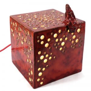 cubo con donna lampada rossa in ceramica, cube with woman red lamp in pottery