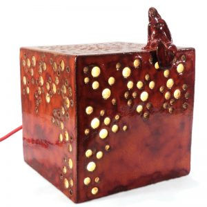 lampada rossa scultura cubo con donna, red lamp cube sculpture with woman