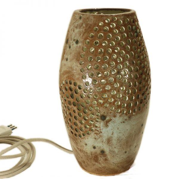 lampada scultura a cerchi traforati ceramica fatta a mano in toscana, pottery carved table lamp handmade in tuscany