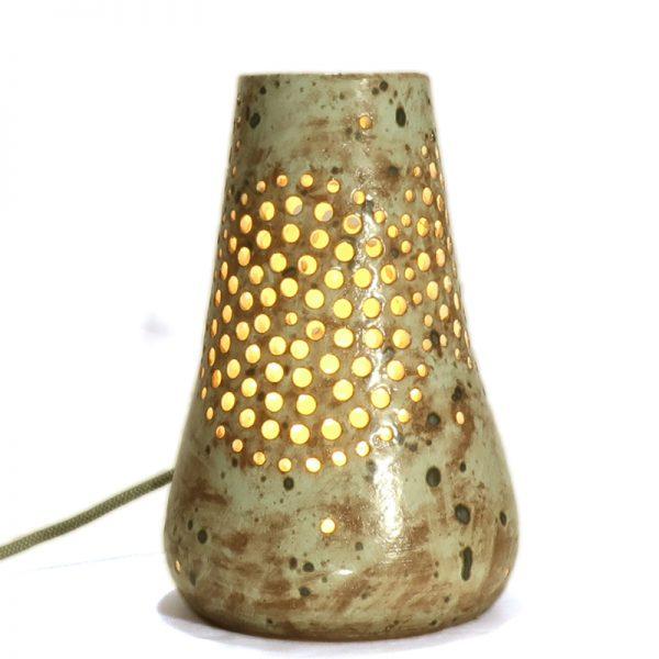 lampada scultura cerchi traforati ceramica fatta a mano in toscana, carved table lamp in pottery handmade in tuscany