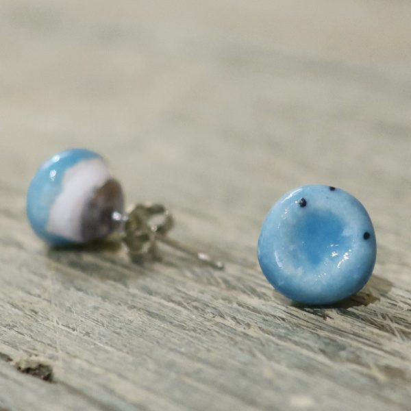 orecchini a bottoncino azzurri in ceramica bijoux handmade, light blue lobe earrings in ceramic