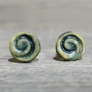 orecchini a bottoncino con spirale in ceramica toscana, lobe earrings in ceramic with spiral made in tuscany