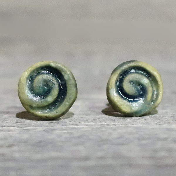 orecchini a bottoncino con spirale in ceramica toscana, lobe earrings in ceramic with spiral made in tuscany