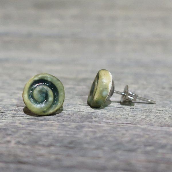 orecchini a bottoncino con spirali in ceramica arte toscana, lobe earrings in ceramic with spiral made in tuscany