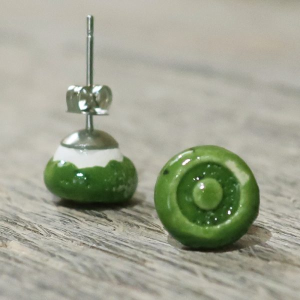 orecchini a bottoncino verde bijoux ceramica fatti a mano, green lobe ceramic earrings handmade in tuscany