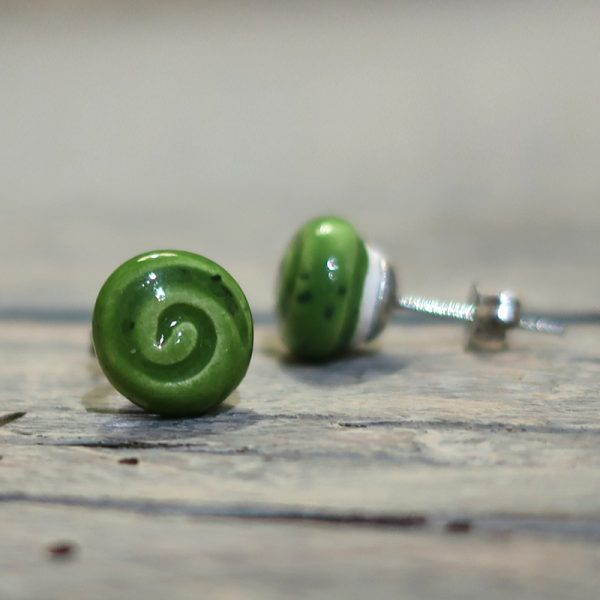 orecchini a lobo in ceramica verde con spirale gioielli toscana, green earrings in ceramic with spiral tuscany jewelry