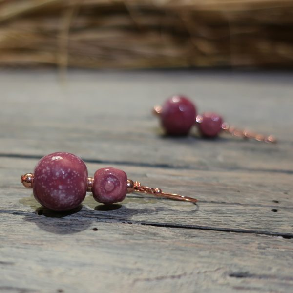 orecchini a pendente color vino rosso nobile in ceramica, burgundy pendant earrings wine color in ceramic