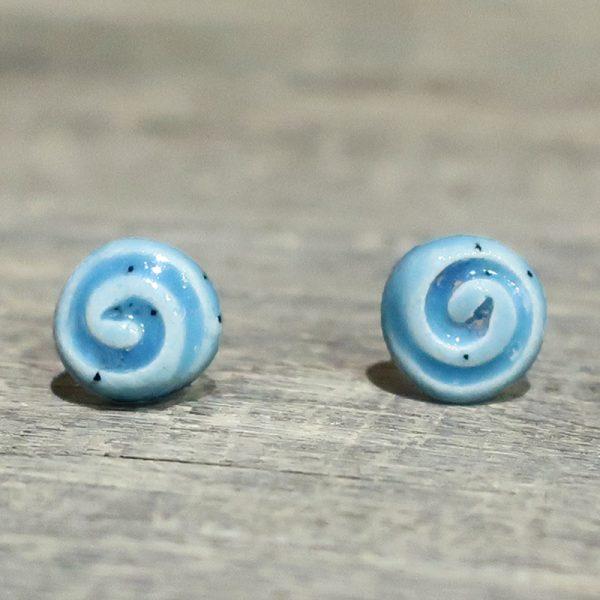 orecchini azzurri con spirale fatti a mano in ceramica, light blue ceramic earrings with spiral