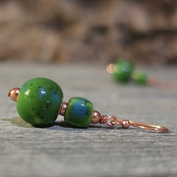 orecchini fatti a mano in ceramica verde, handmade green earrings in pottery