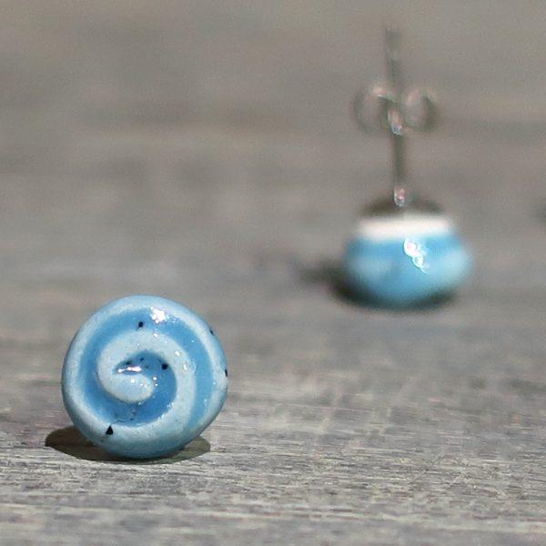 orecchini in ceramica azzurri con spirali fatti a mano in toscana, light blue ceramic earrings with spiral made in tuscany