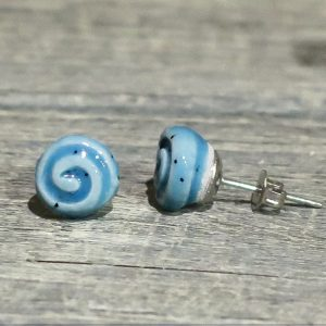 orecchini in ceramica e acciaio azzurri con spirale fatti a mano, light blue ceramic earrings with spiral handmade in italy