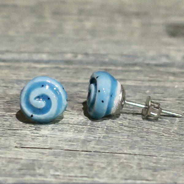 orecchini in ceramica e acciaio azzurri con spirale fatti a mano, light blue ceramic earrings with spiral handmade in italy
