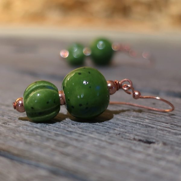 orecchini verdi a pendente in ceramica fatti a mano in toscana, green pendant earrings in ceramic made in tuscany