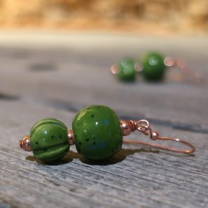 orecchini verdi in ceramica made in tuscany, green pendant earrings in ceramic