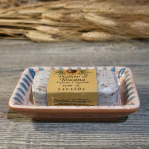 portasapone rettangolare lavanda in ceramica rustico dipinto a mano in toscana con sapone, hand painted white and blue ceramic soap dish and lavender soap